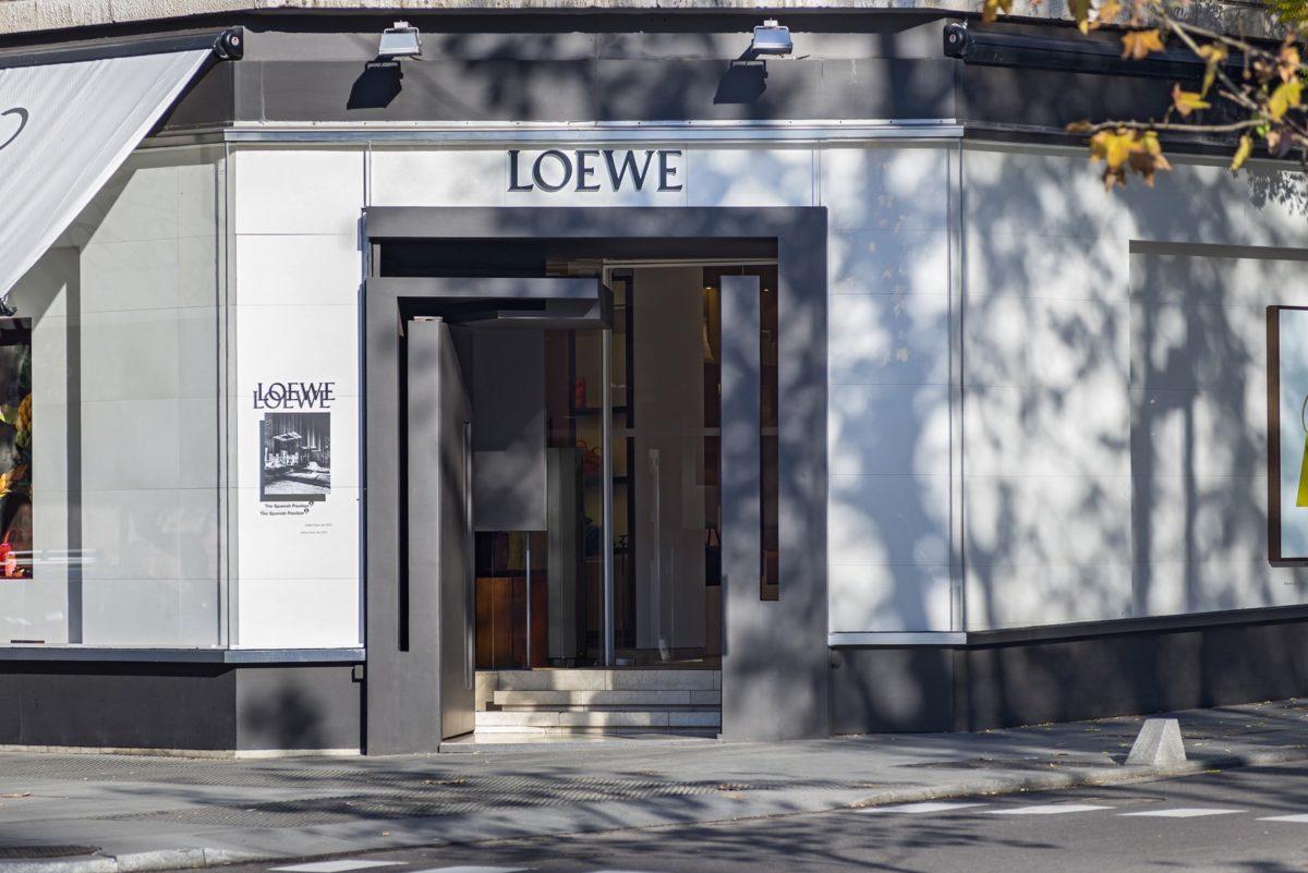 Puerta de hierro pintado diseñada para una tienda Loewe