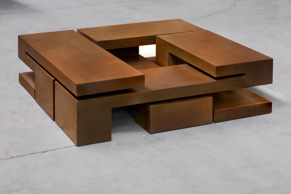 Escultura con forma de caja de Arturo Berned, hecha con acero corten oxidado