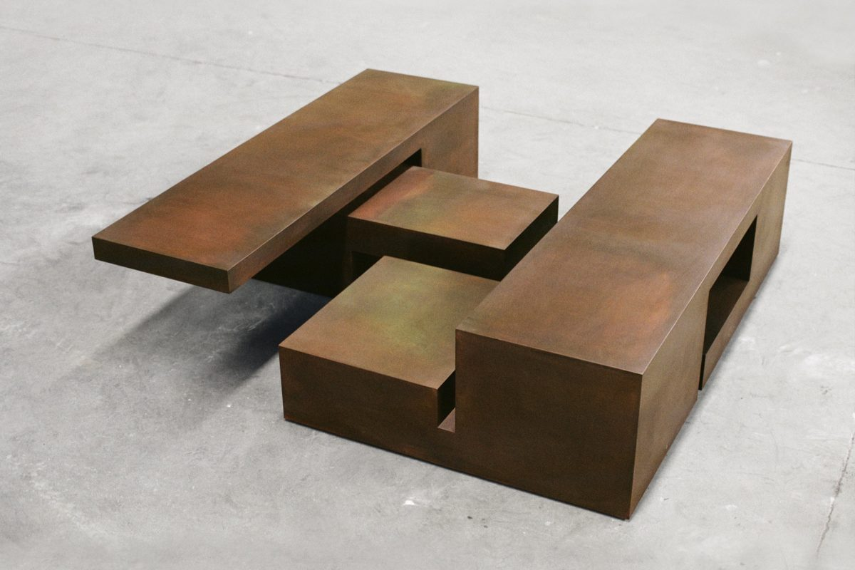 Escultura en acero corten oxidado con forma de caja