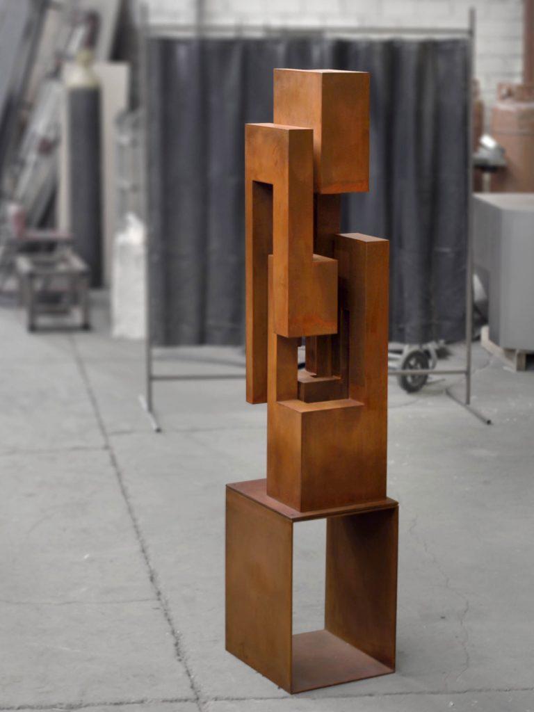 Columna de acero corten por Arturo Berned