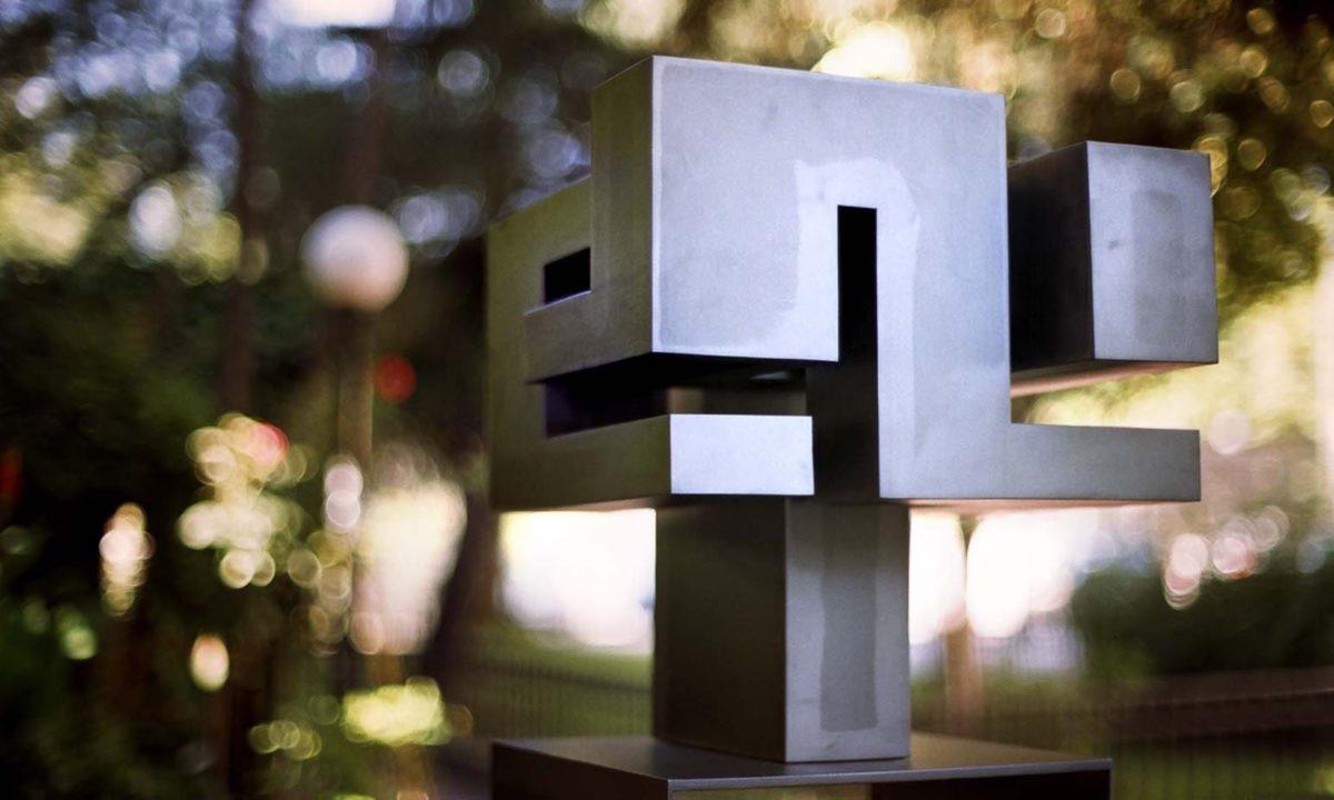 Espiral hecha de acero por el escultor español Arturo Berned