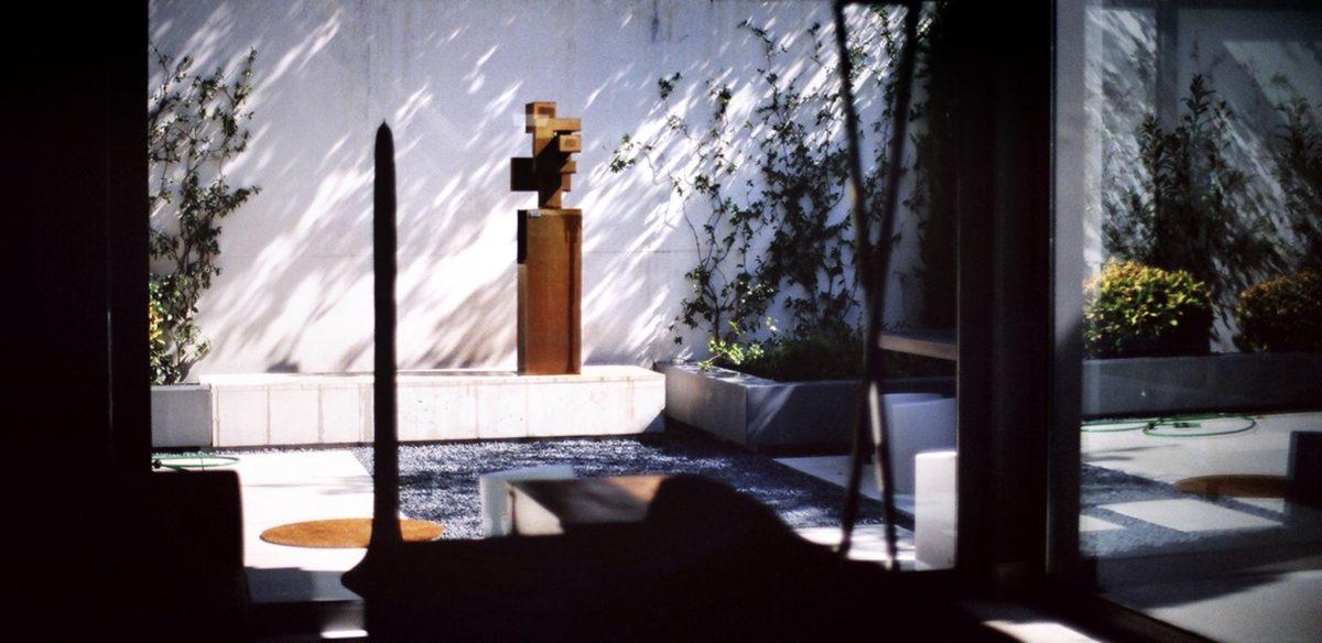 Obra de arte del escultor Arturo Berned con forma de espiral