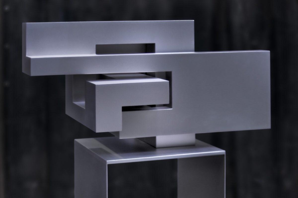 Escultura de acero inoxidable pulido inspirada en Malevich