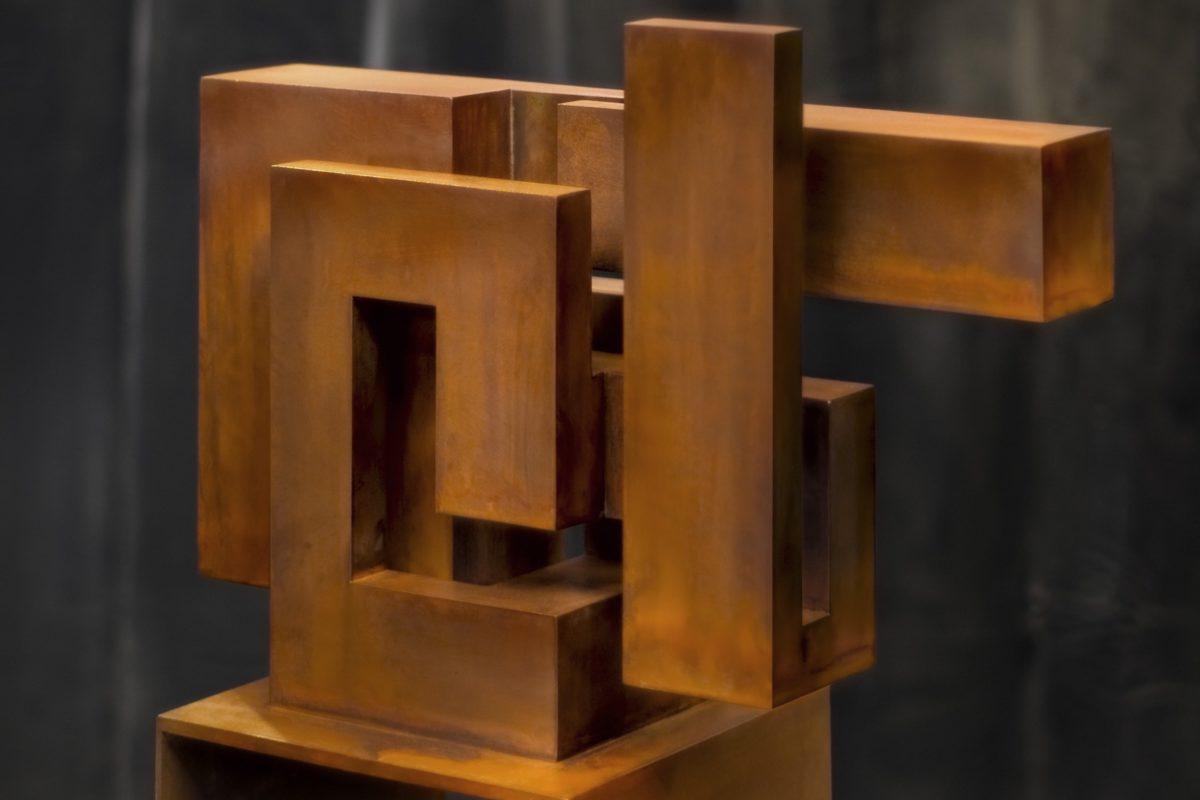 Escultura constructivista en acero corten oxidado