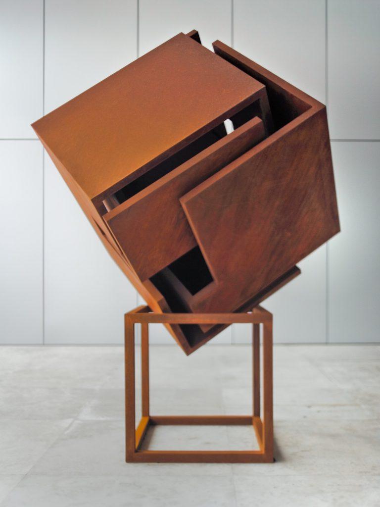 Obra del escultor español Arturo Berned en acero corten oxidado