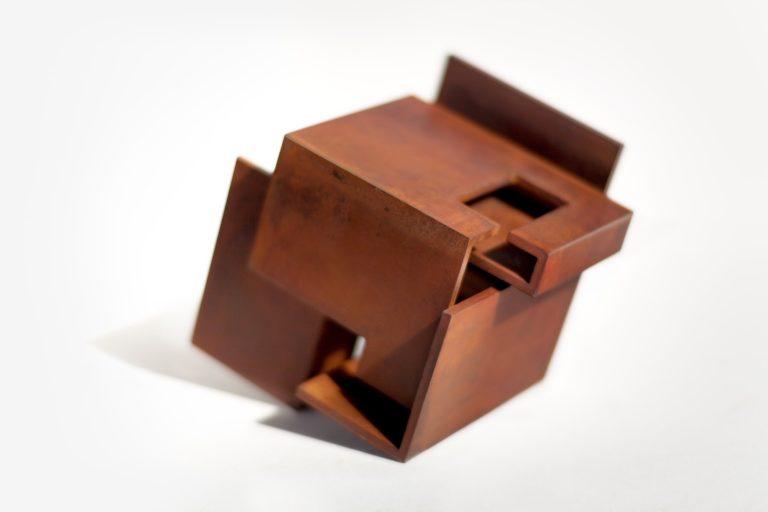 Escultura tributo a la amistad, hecha en acero corten oxidado