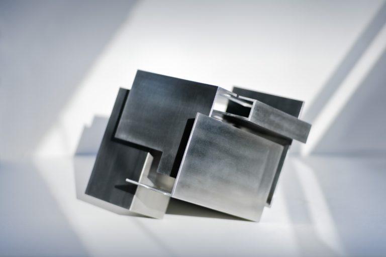 Escultura geométrica de acero inoxidable