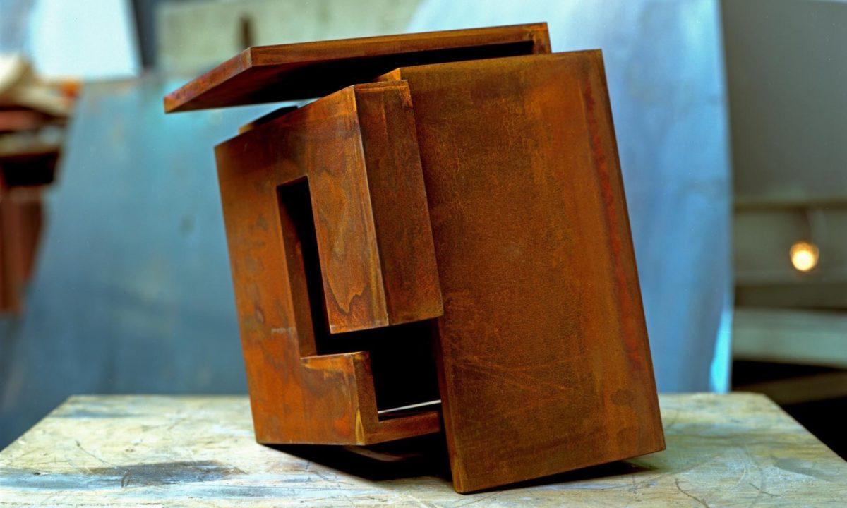 Escultura de acero corten con acabado oxidado y encerado