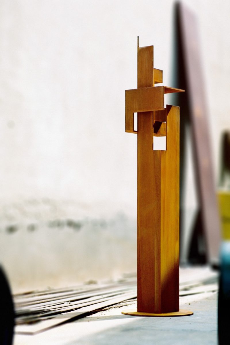 Vertical and slender sculpture tribute to a dame, made with corten steel