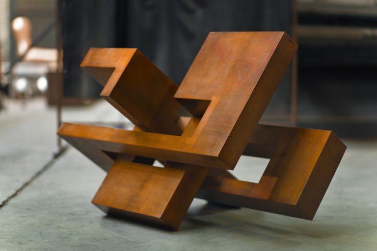 Escultura de Arturo Berned en acero corten oxidado