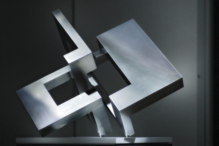 Escultura de acero inoxidable pulido