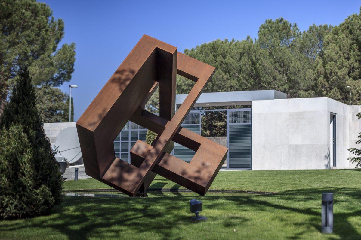Escultura geométrica de acero corten con acabado oxidado