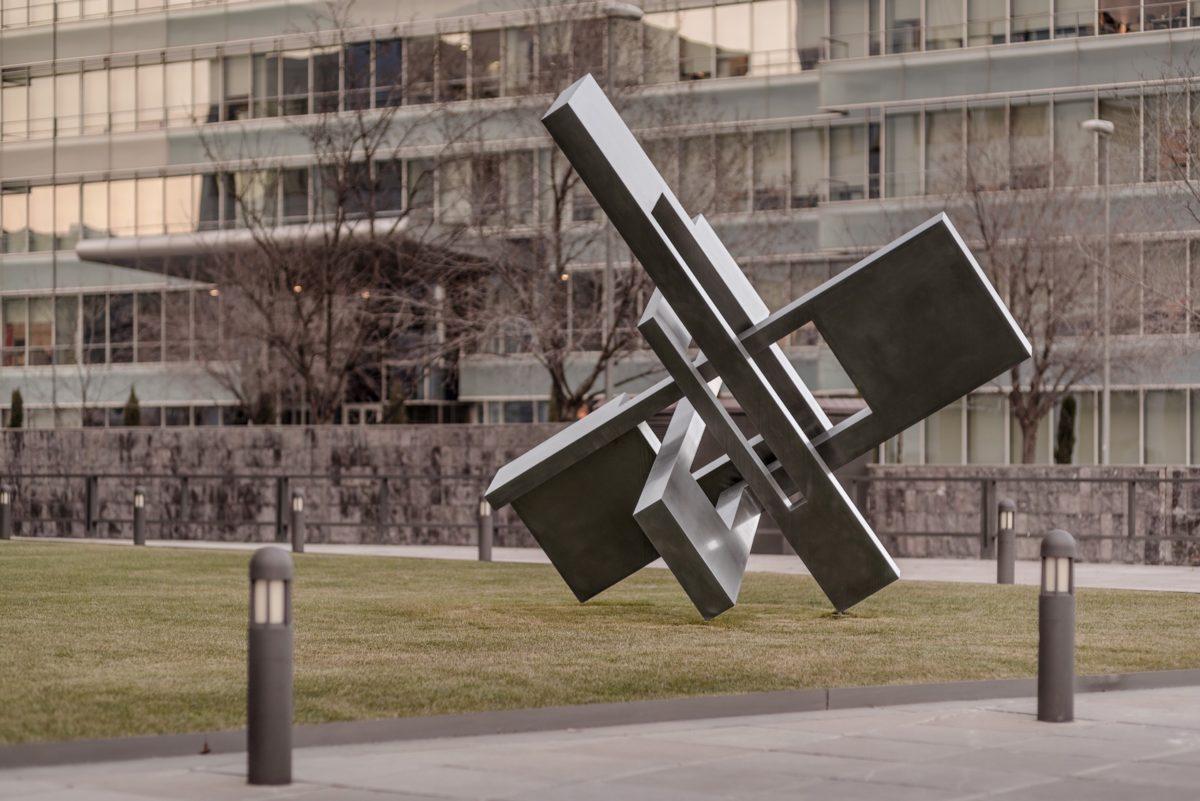Obra del escultor español Arturo Berned en acero inoxidable pulido