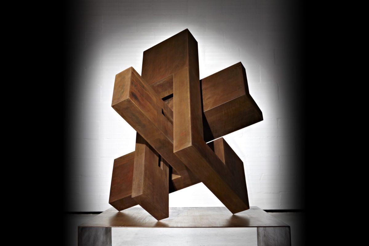 Cabeza geométrica en acero corten oxidado