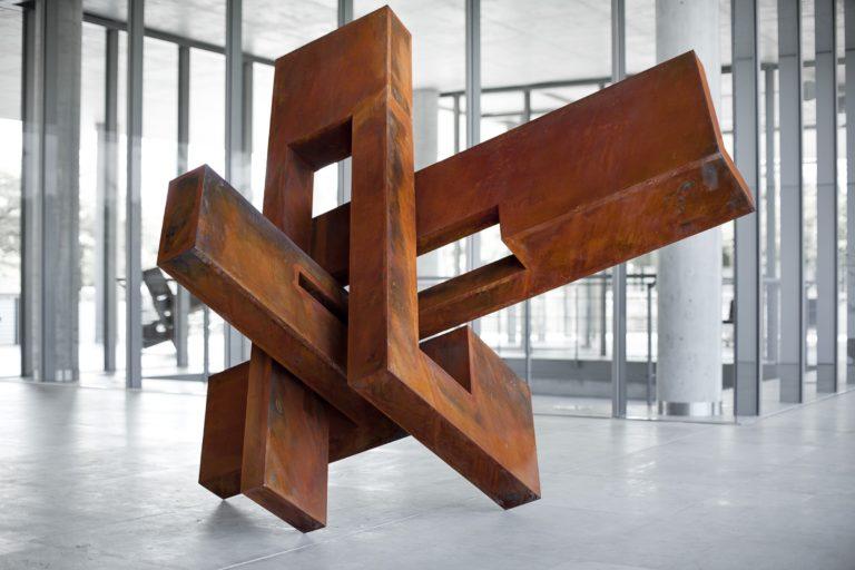 Escultura en acero corten oxidado por Arturo Berned