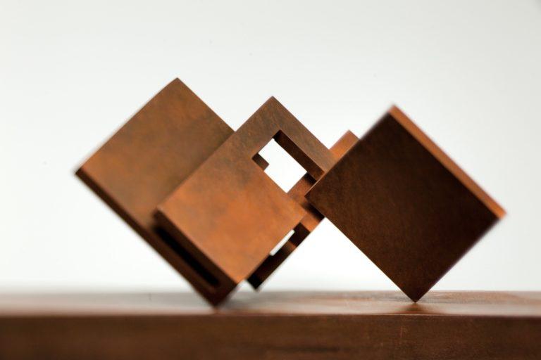 Escultura geométrica de proporciones áureas hecha en acero corten