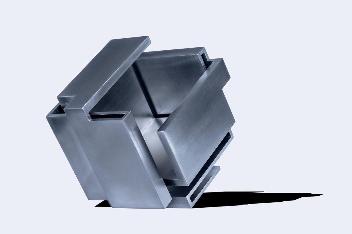 Escultura geométrica de acero inoxidable y acabado pulido
