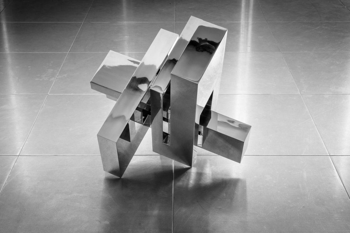 Escultura de acero inoxidable con acabado espejo