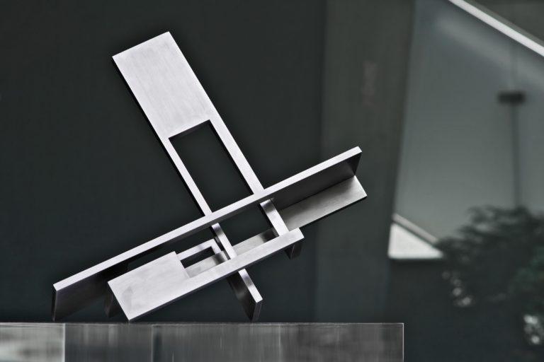 Cabeza geométrica de acero inoxidable con acabado pulido