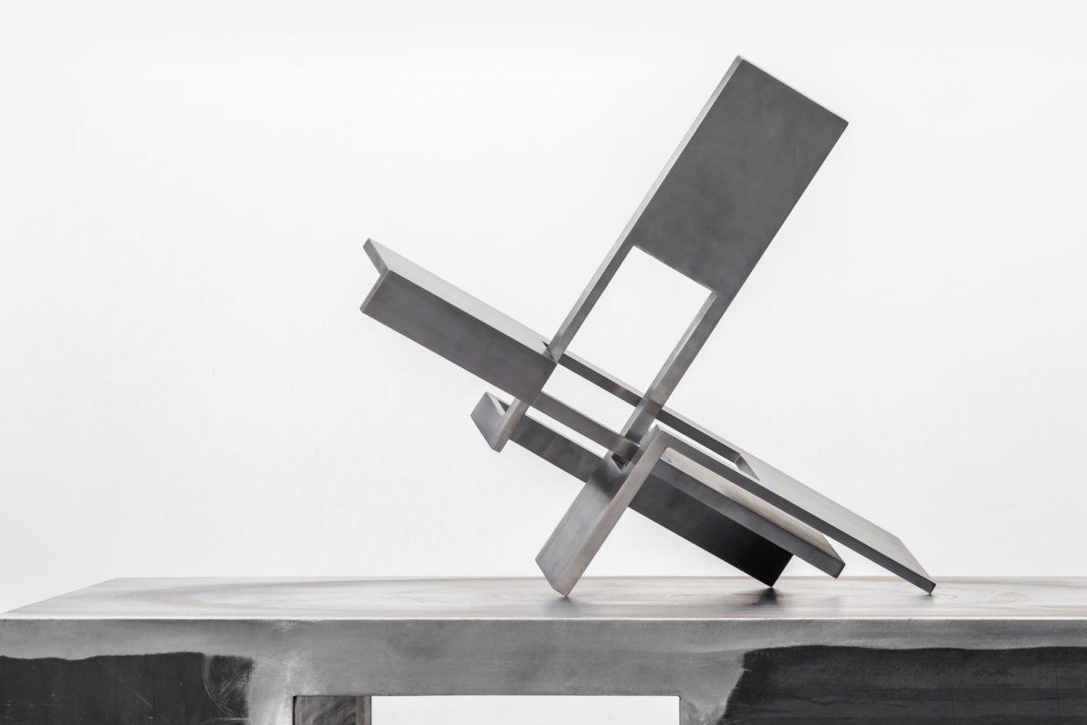 Escultura de acero inoxidable con acabado pulido