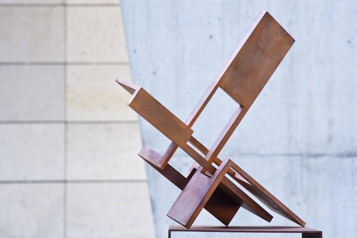 Obra del escultor Arturo Berned, creada con acero corten y acabado oxidado