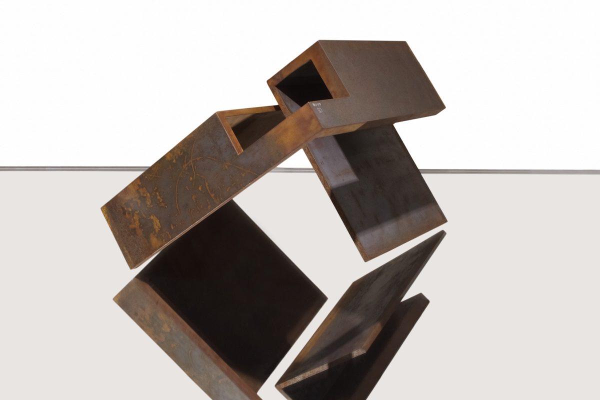 Escultura geométrica en acero corten por Arturo Berned