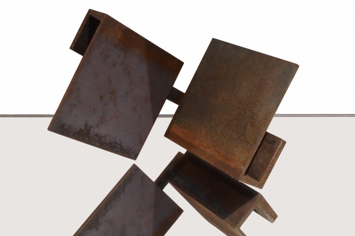 Escultura geométrica en acero corten oxidado
