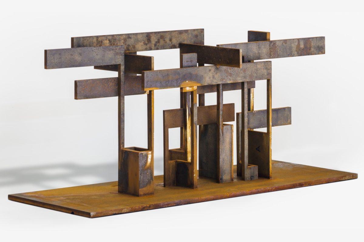 Escultura en honor a la familia, hecha en acero corten oxidado y encerado