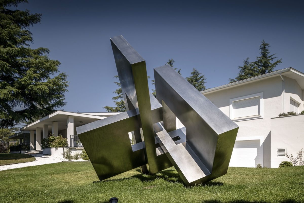 Large scale sculpture made with stainless steel with polished finish