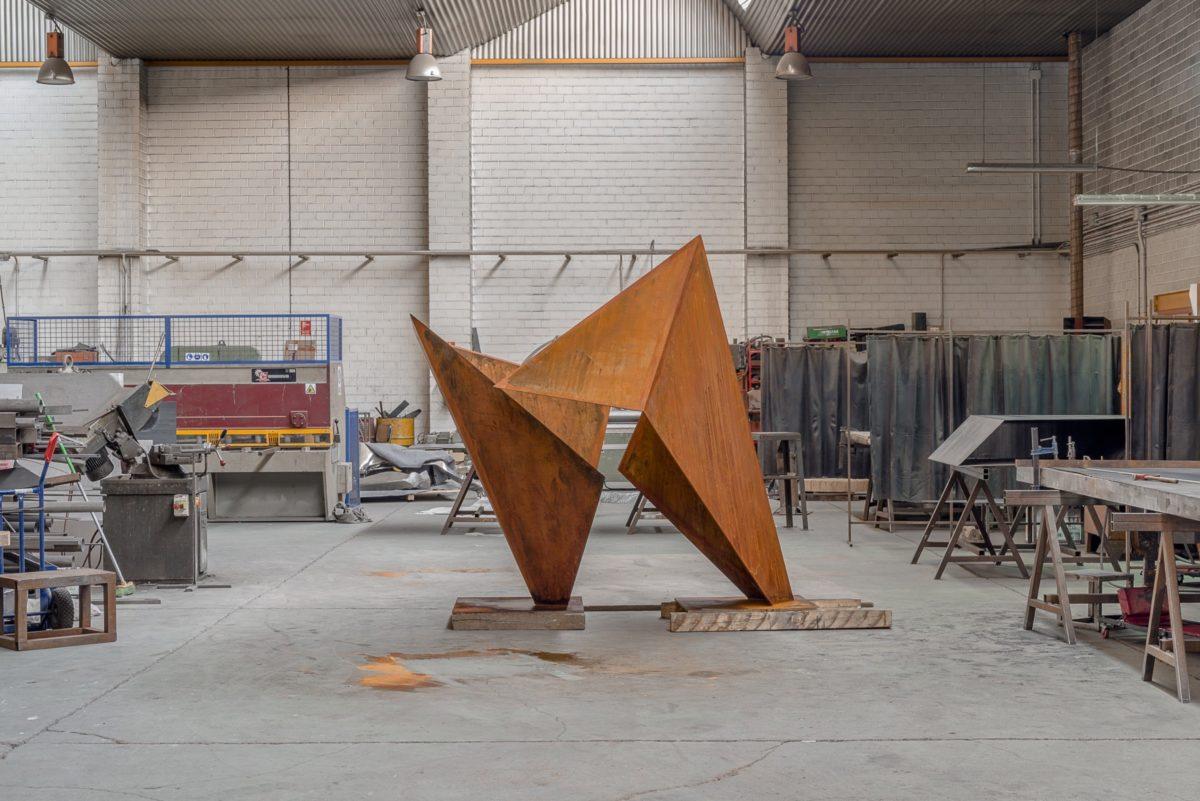 Escultura homenaje a la amistad, en acero corten oxidado