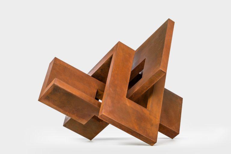 Escultura en acero corten con acabado lacado y encerado