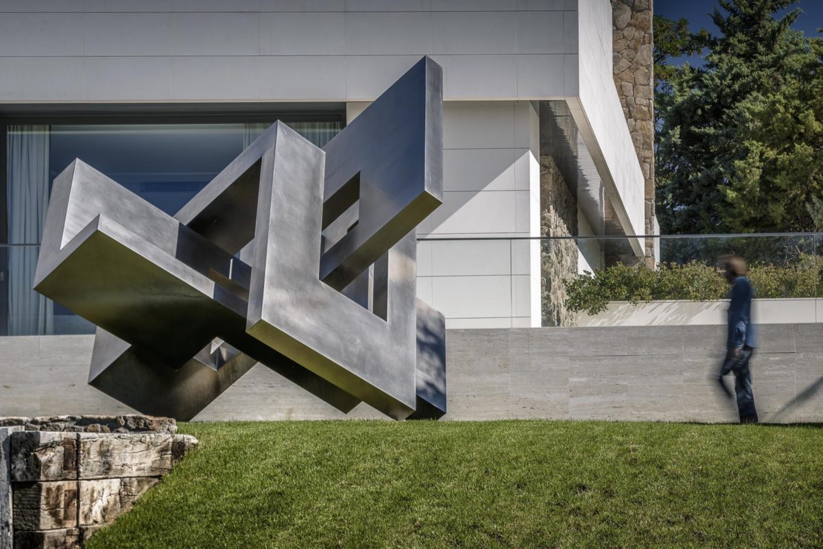Cabeza de acero inoxidable del escultor español Arturo Berned