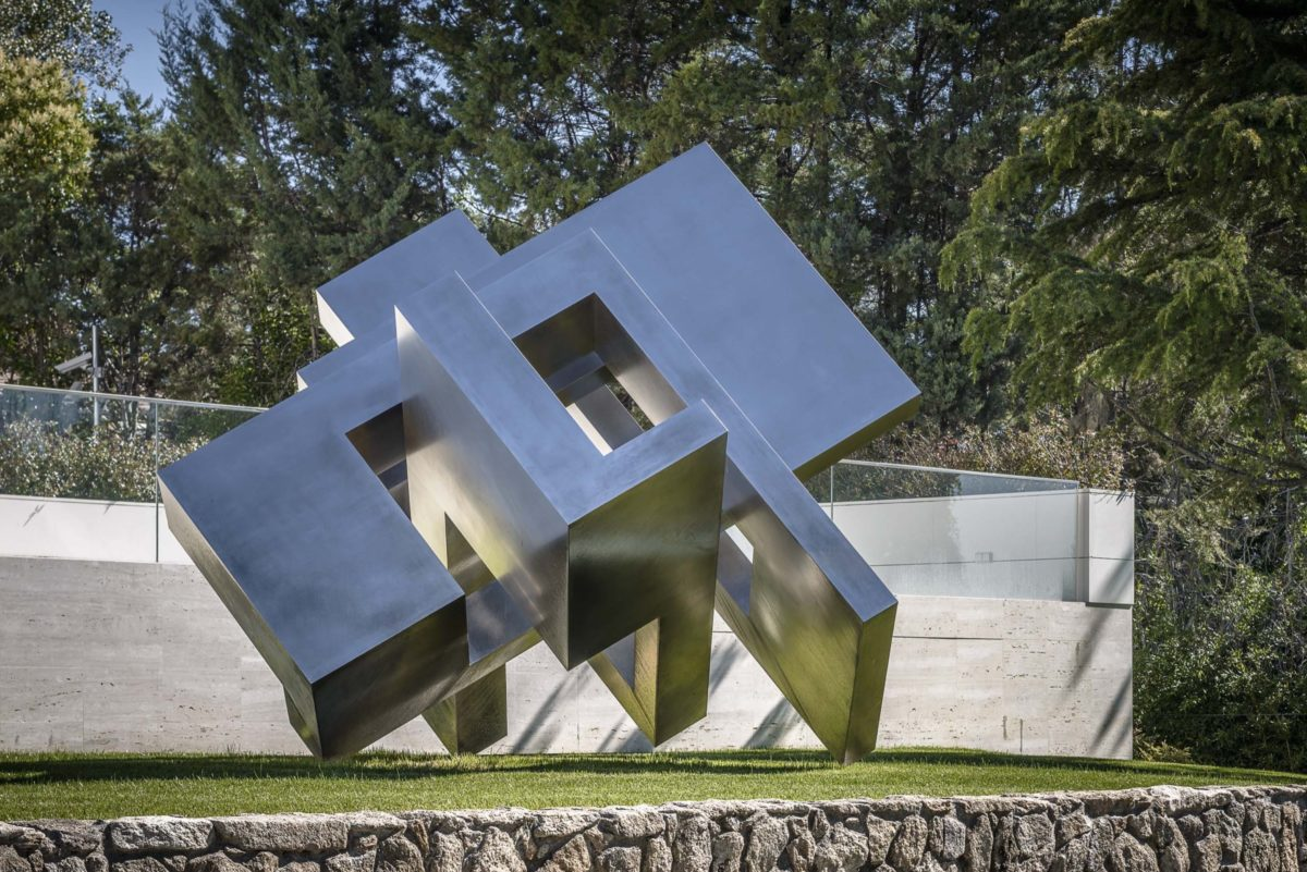 Stainless steel head from spanish sculptor Arturo Berned