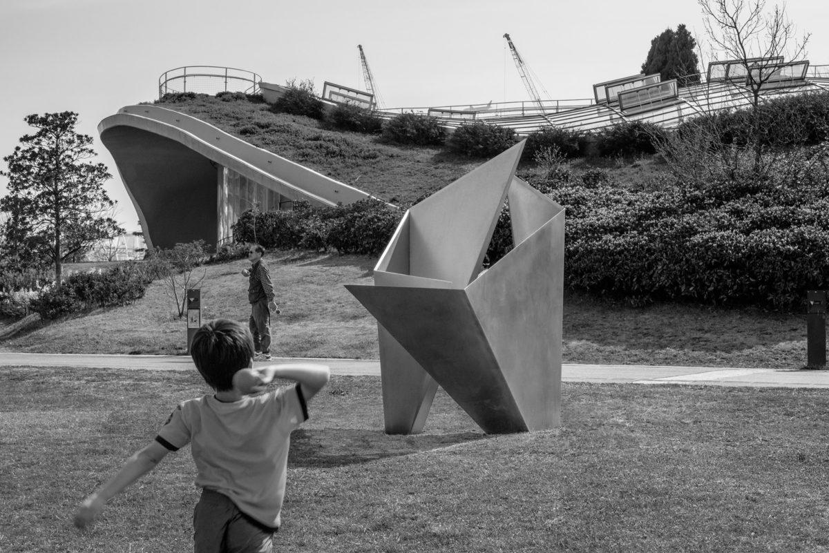 Escultura de acero inoxidable parte del Proyecto MU de Arturo Berned junto con el arquitecto Toyo Ito