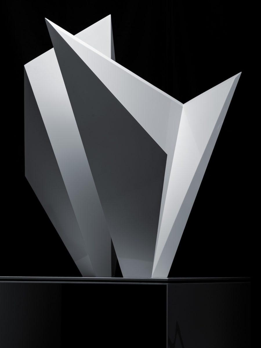 Escultura de acero inoxidable con acabado lacado blanco