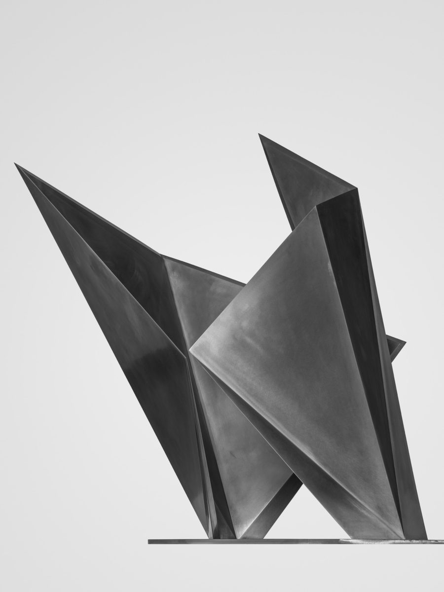 Escultura de acero inoxidable parte de la exposición Proyecto MU