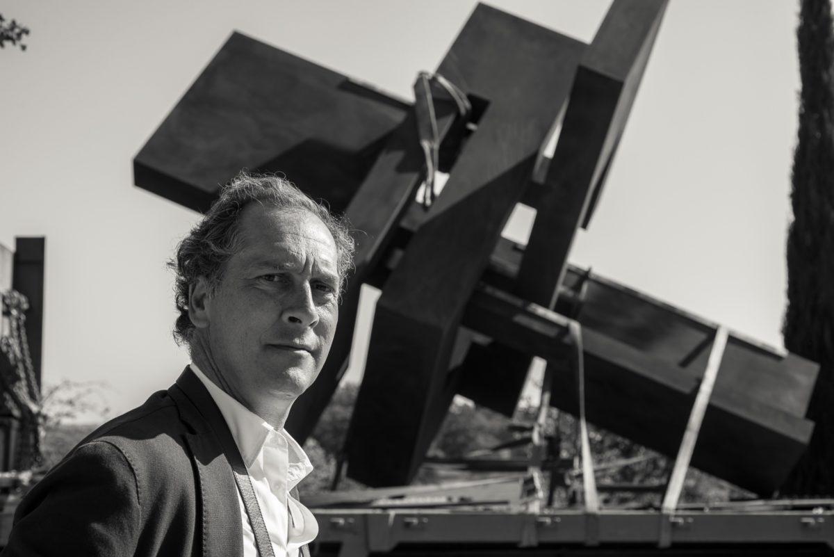 Arturo Berned junto a la obra Cabeza XIX