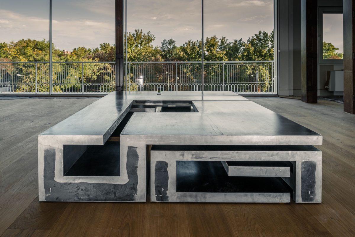 Mesa para espacio doméstico hecha en acero inoxidable
