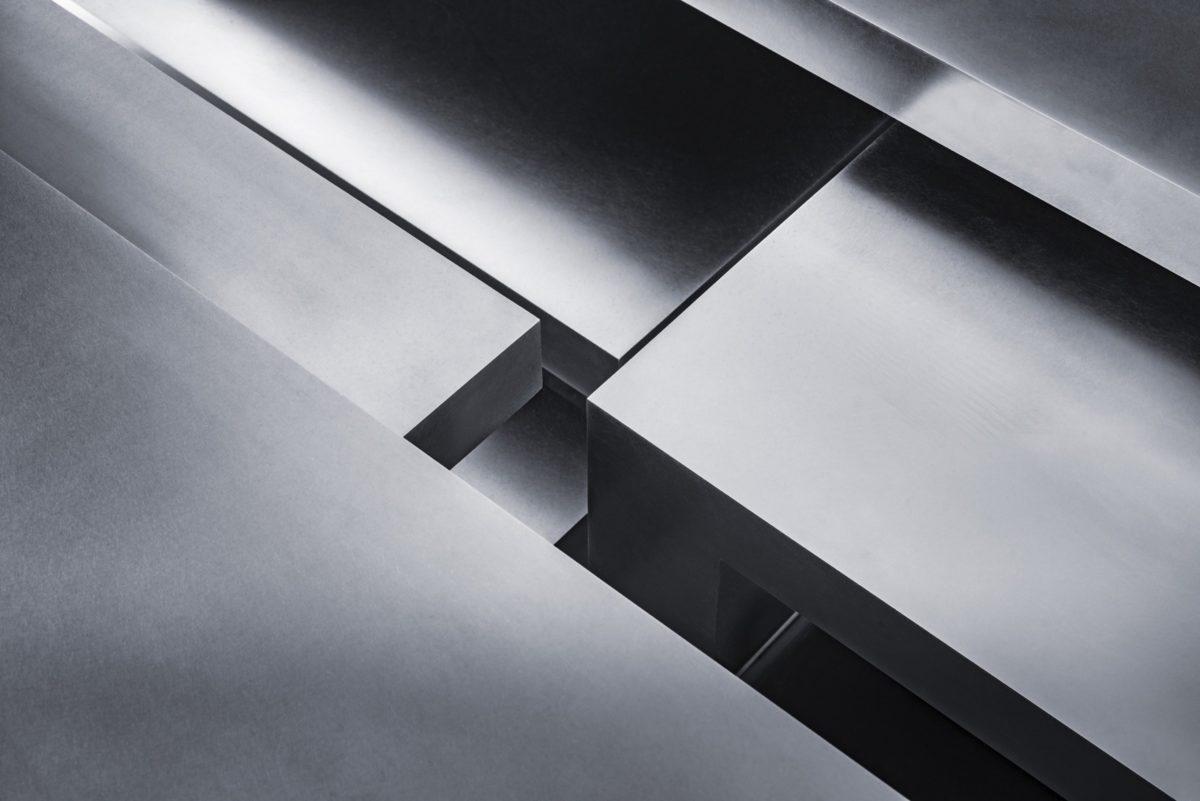 Escultura con forma de mesa hecha en acero inoxidable pulido
