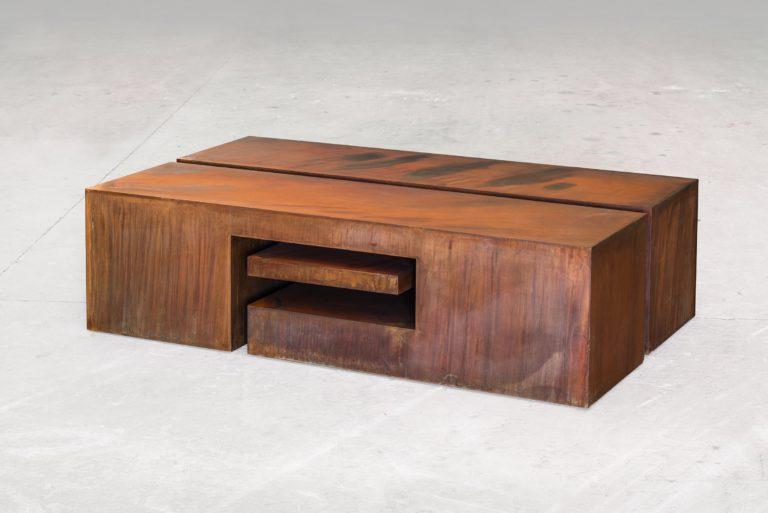 Caja con forma de mesa en acero corten oxidado