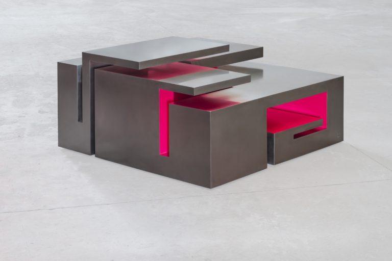 Escultura con forma de mesa, de acero inoxidable parcialmente lacado en rosa