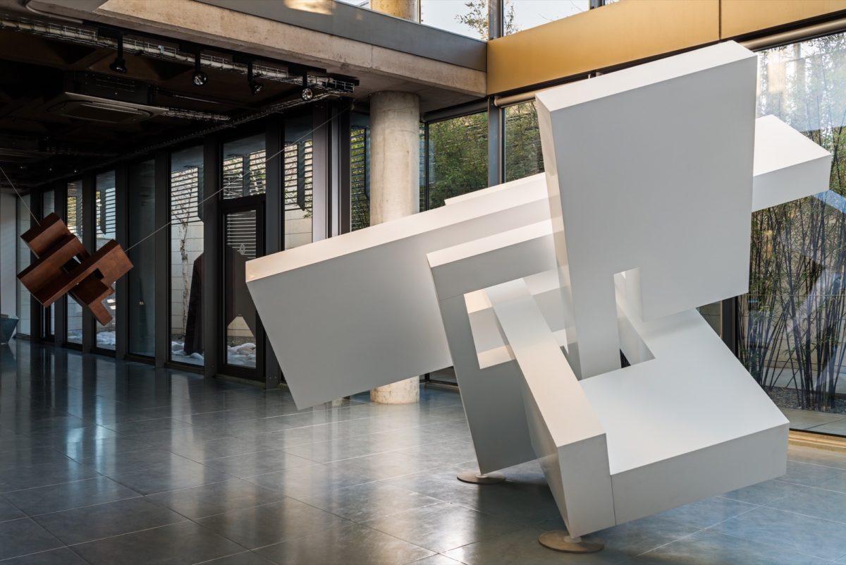 Escultura de gran tamaño en acero corten lacado en color blanco