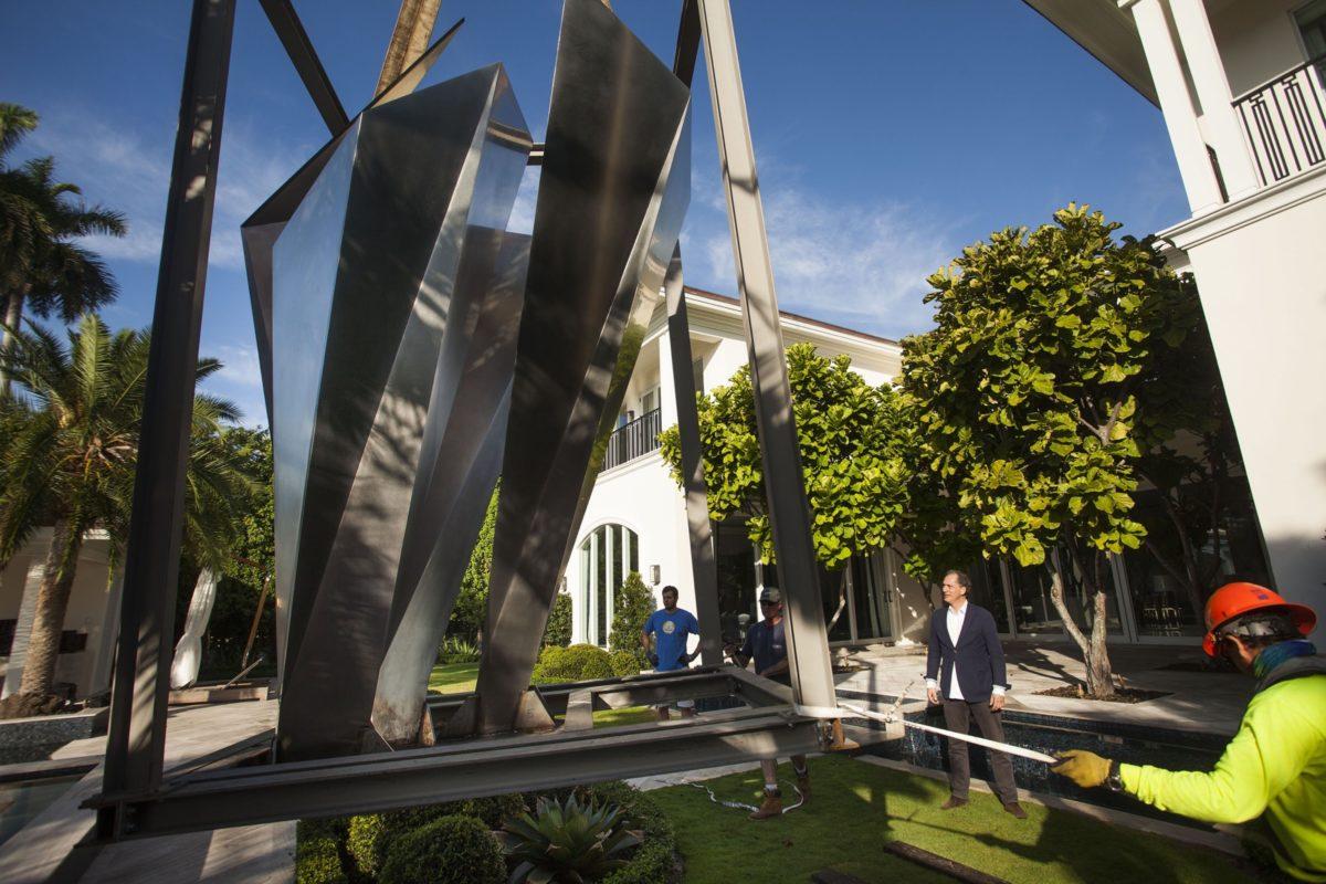 Pórtico de metal y luz de Arturo Berned en Miami Beach